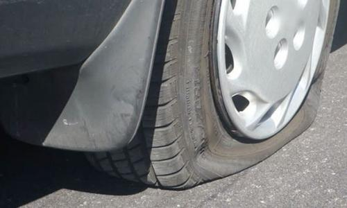 Ô tô nổ lốp bất ngờ, xử lý như thế nào?